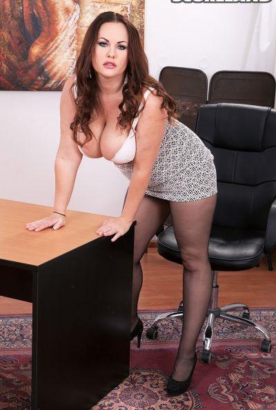 Сочная рыжая секретарша Ellis Rose 8 фото