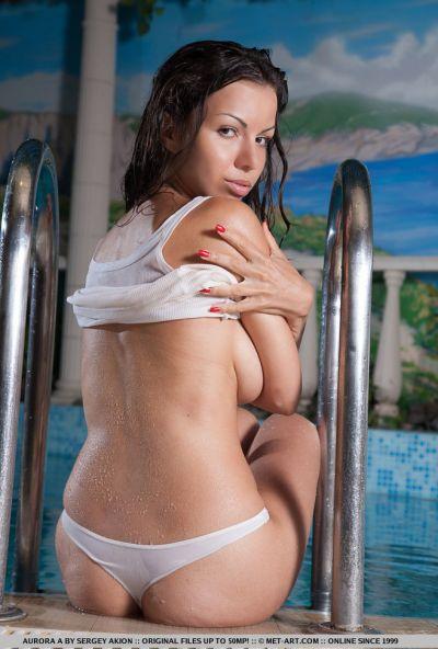 Голая милфа с волосатой киской в бассейне 6 фото