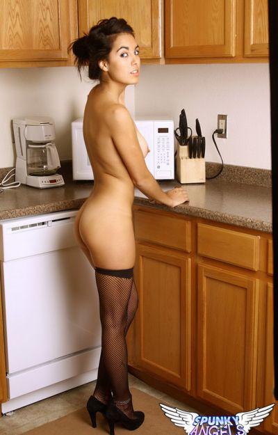 Девятнадцатилетняя жена на кухне 10 фото