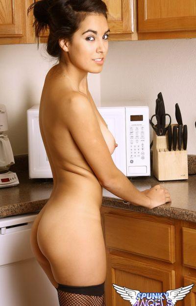 Девятнадцатилетняя жена на кухне 11 фото