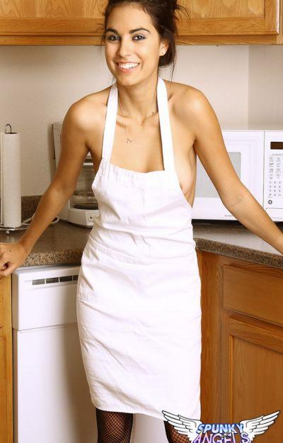 Девятнадцатилетняя жена на кухне 3 фото