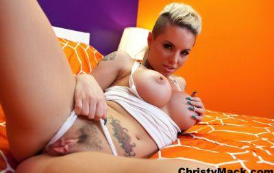 Татуированная девушка с большими сиськами 15 фото