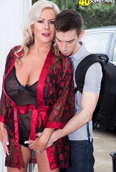Зрелая мамаша трахается с другом сына 4 фото