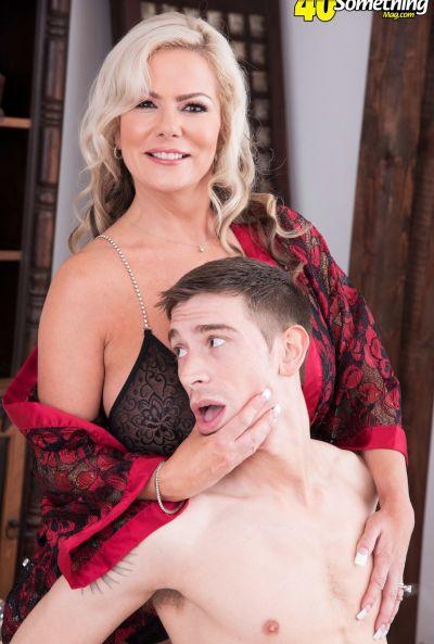 Зрелая мамаша трахается с другом сына 5 фото