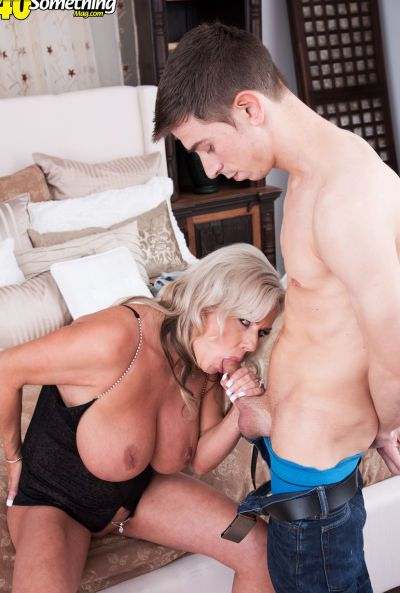 Зрелая мамаша трахается с другом сына 8 фото