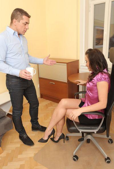 Босс выругал и наказал секретаршу жестким сексом 1 фото