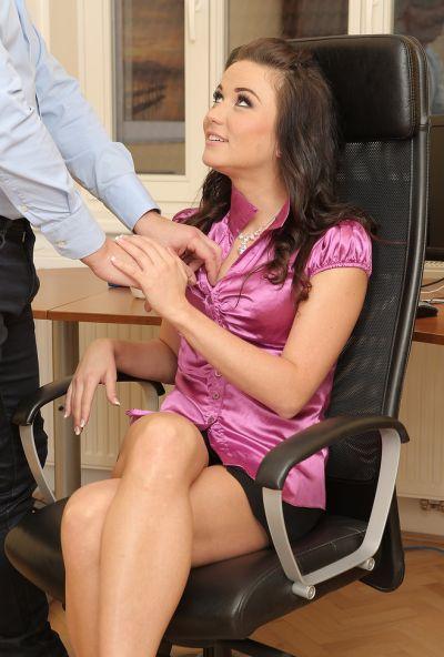 Босс выругал и наказал секретаршу жестким сексом 2 фото