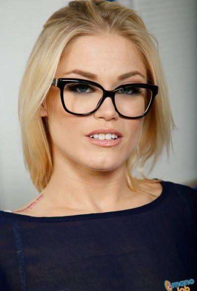 Очаровательная блондинка дрочит член руками 1 фото
