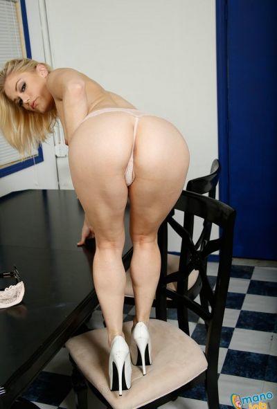 Очаровательная блондинка дрочит член руками 5 фото