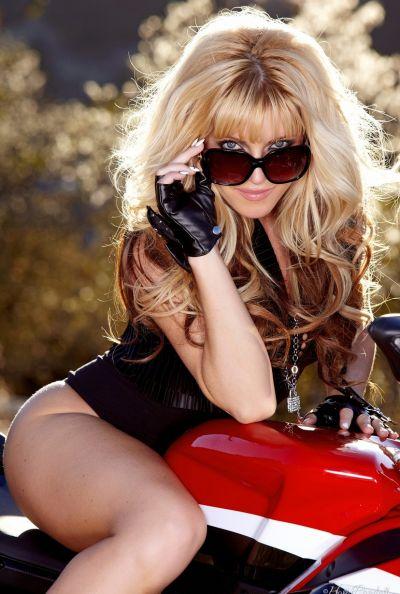 Голая байкерша мастурбирует на мотоцикле 2 фото