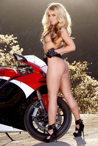 Голая байкерша мастурбирует на мотоцикле 7 фото