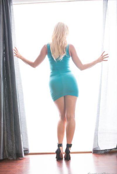 Горячая блондинка выставила сочную задницу 2 фото