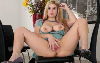 Пышная блондинка с затычкой в жопе 8 фото