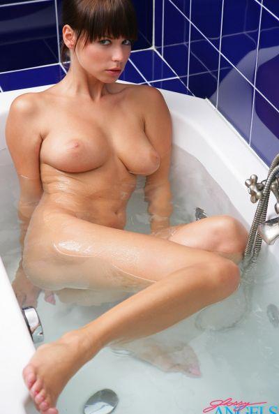 Красивая сексапильная девушка Саманта Стар в ванной 1 фото