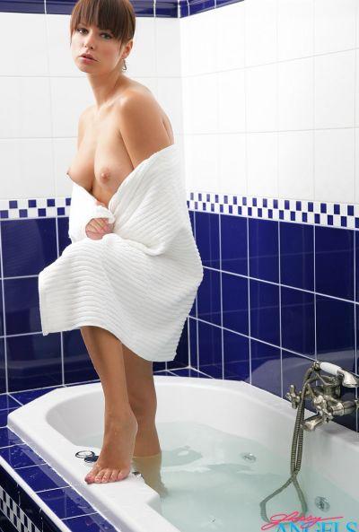 Красивая сексапильная девушка Саманта Стар в ванной 11 фото