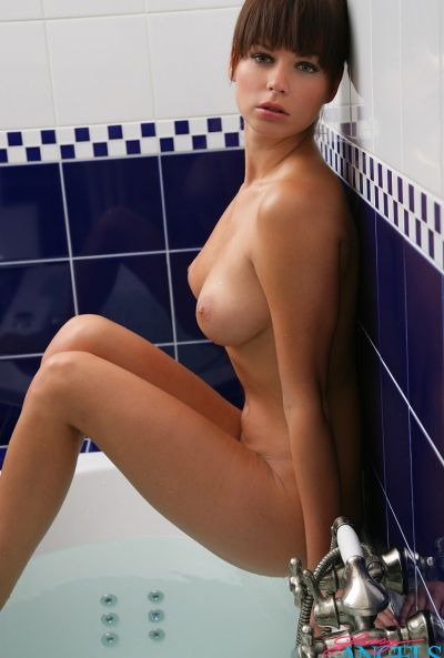 Красивая сексапильная девушка Саманта Стар в ванной 7 фото