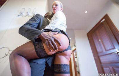 Негр большим членом трахает блондинку в чулках 5 фото