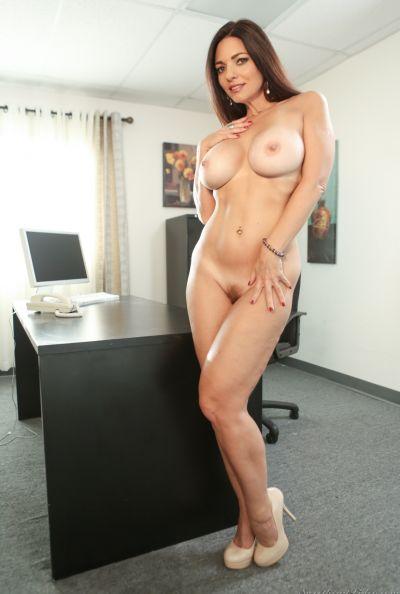 Зрелая леди разделась в офисе 10 фото