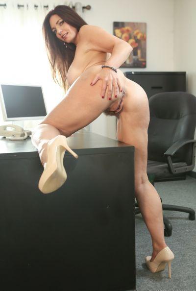 Зрелая леди разделась в офисе 12 фото