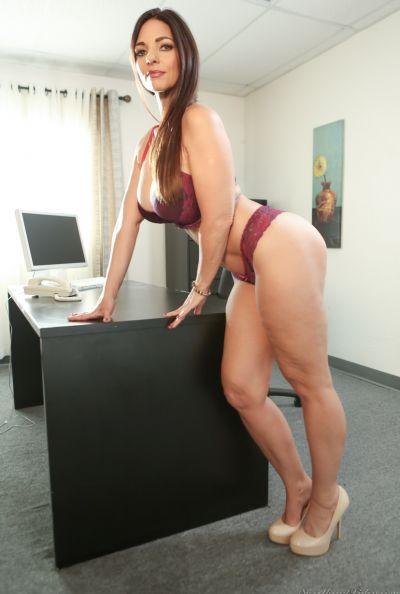 Зрелая леди разделась в офисе 3 фото