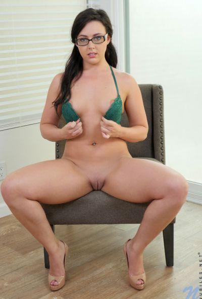 Пухленькая брюнетка мастурбирует резновым пенисом 5 фото