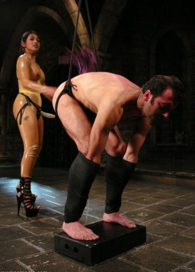 Девушка насилует мужика страпоном 4 фото