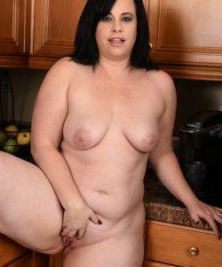 Толстая жена стала раком на кухне