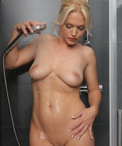 Сексуальная милфа принимает душ