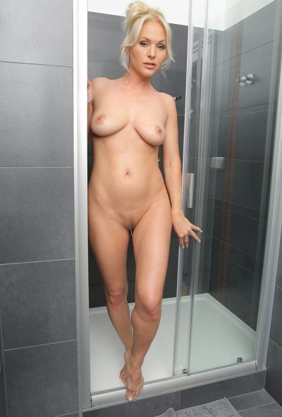 Сексуальная милфа принимает душ 14 фото