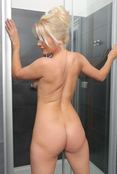Сексуальная милфа принимает душ 5 фото