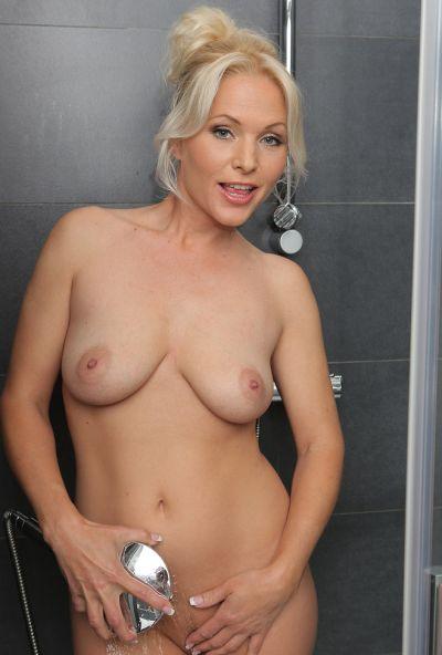 Сексуальная милфа принимает душ 7 фото