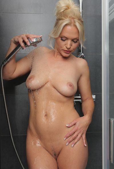 Сексуальная милфа принимает душ 8 фото