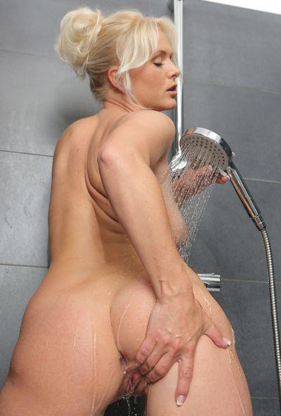 Сексуальная милфа принимает душ 9 фото