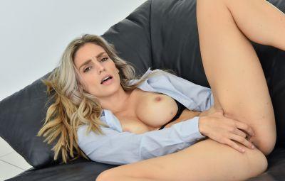 Чика мастурбирует клитор секс игрушкой 4 фото