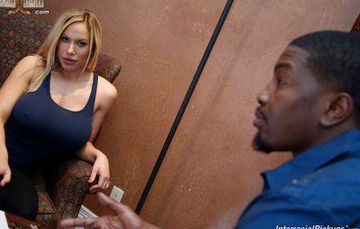 Негр трахнул жену с большими сиськами и жопой 1 фото