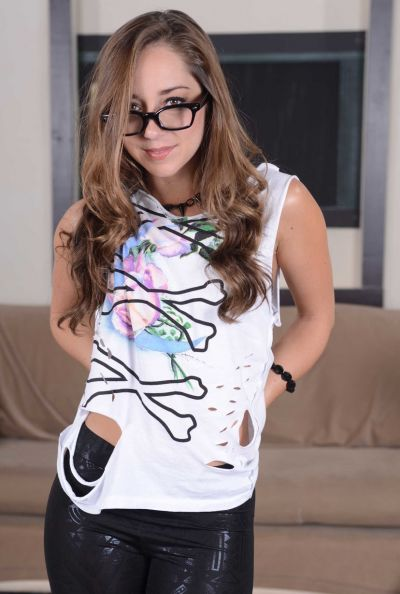 Очаровательная молодая девушка в леггинсах 7 фото