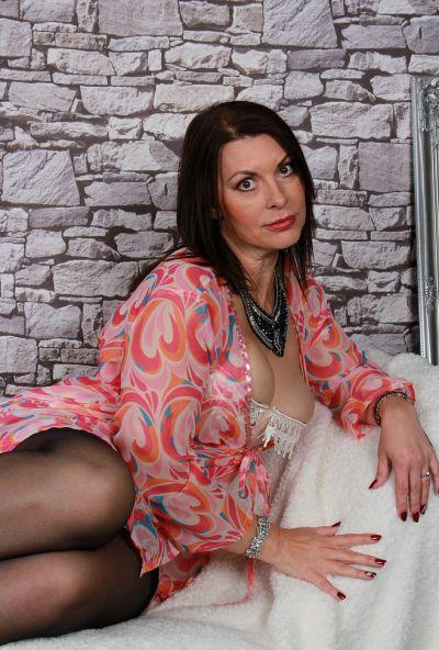 Зрелая мамаша в чулках с большой жопой и волосатой мандой 1 фото