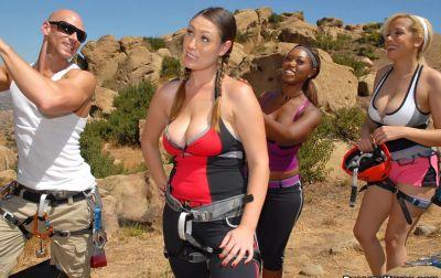 Инструктор развлекается с тремя грудастыми клиентками 5 фото