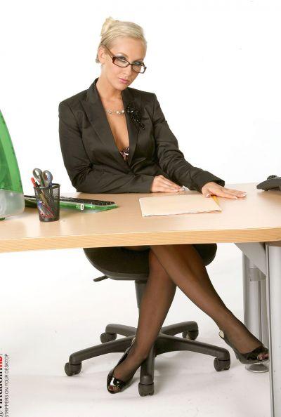 Зрелая секретарша страстно мастурбирует 1 фото