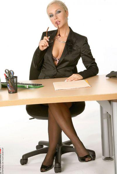 Зрелая секретарша страстно мастурбирует 2 фото