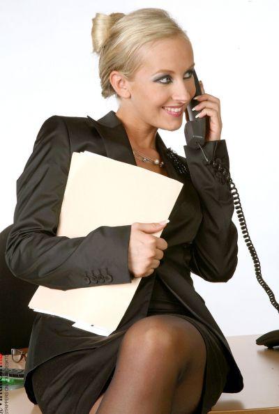 Зрелая секретарша страстно мастурбирует 4 фото