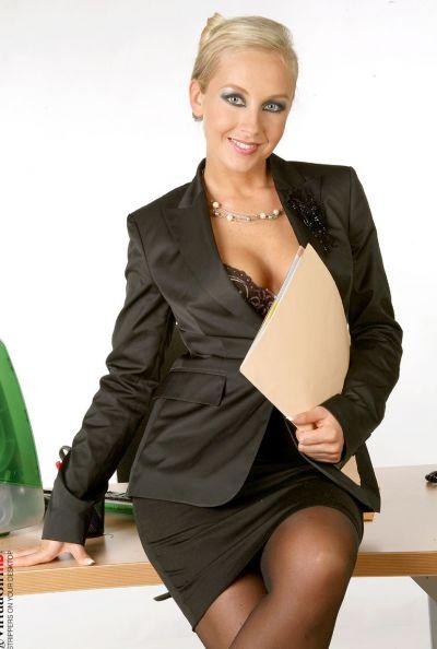 Зрелая секретарша страстно мастурбирует 5 фото