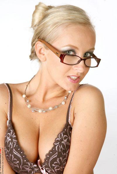 Зрелая секретарша страстно мастурбирует 8 фото