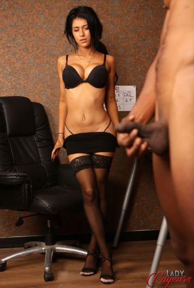 Сексуальная брюнетка проводит набор порноактеров 12 фото