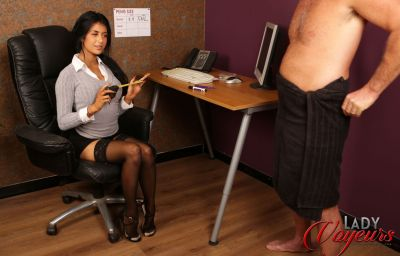 Сексуальная брюнетка проводит набор порноактеров 4 фото