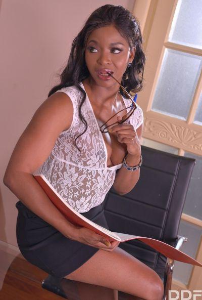 Чернокожая секретарша потрахалась с боссом 2 фото