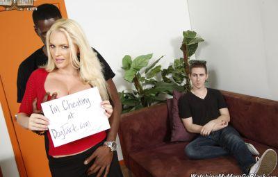 Негр трахает шикарную блондинку перед парнем 1 фото