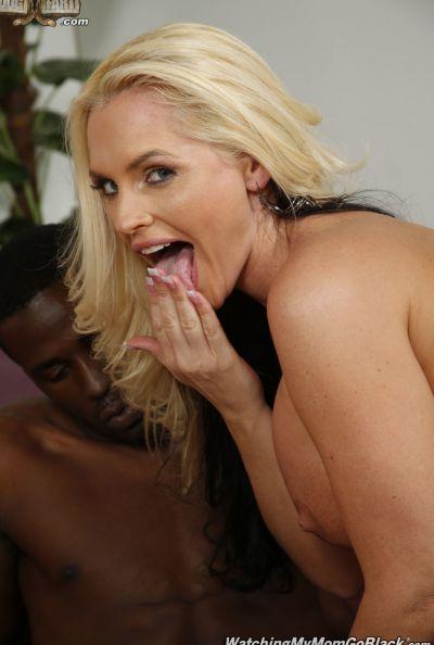 Негр трахает шикарную блондинку перед парнем 12 фото