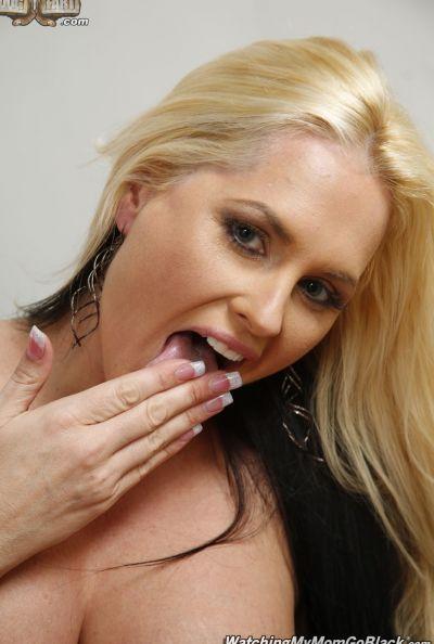 Негр трахает шикарную блондинку перед парнем 14 фото