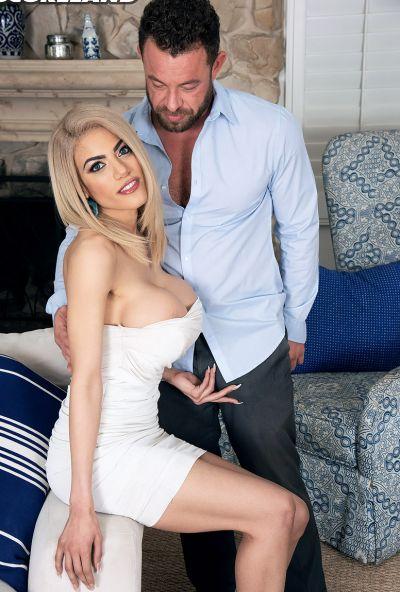 Красивая блондинка с огромными сиськами занялась сексом 2 фото